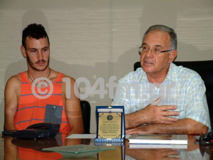 ο Γιώργος Κωστάκης με τον δήμαρχο Αγίου Νικολάου