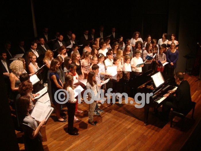 στη σκηνή μαζί, η χορωδία του Ο.Τ.Ε. με τη παιδική χορωδία του Ωδείου Τέχνης Κρήτης