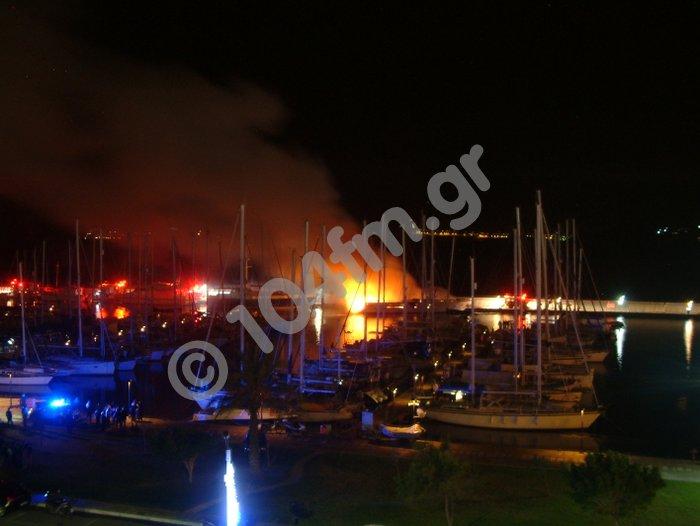 το σκάφος καίγεται μέσα στη Μαρίνα