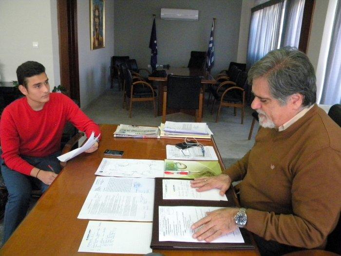 ο δήμαρχος Αγίου Νικολάου, μιλά στον μαθητή Μιχάλη Χαρούλη