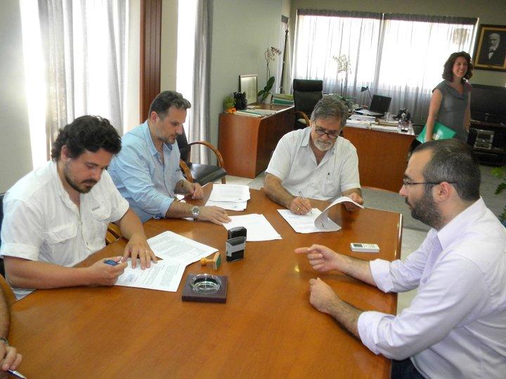 από την υπογραφή των συμβάσεων στο γραφείο του Δημάρχου Αγ. Νικολάου