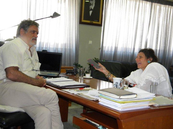ο δήμαρχος Αγίου Νικολάου Αντώνης Ζερβός συνομιλεί με την Tiziana Di Siptone