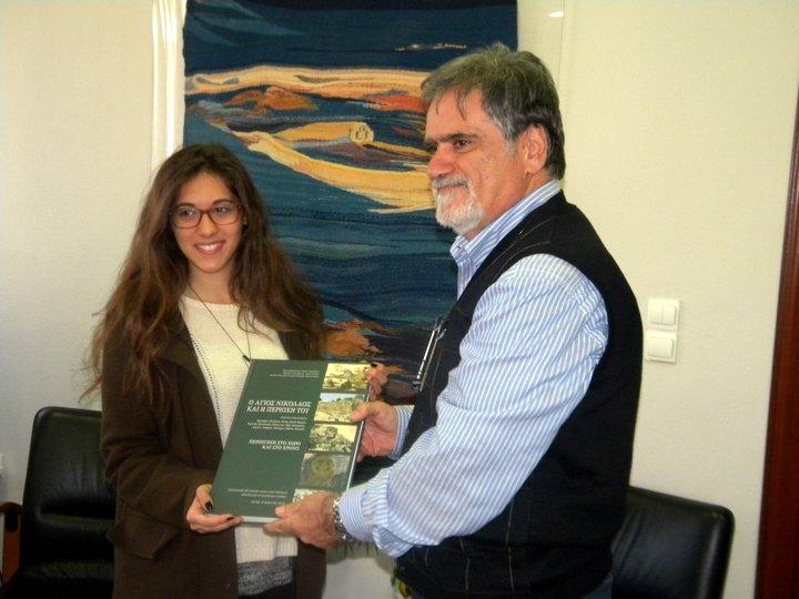 το βιβλίο της πόλης στη Θεοδώρα Μόσχου από τον δήμαρχο Αγίου Νικολάου