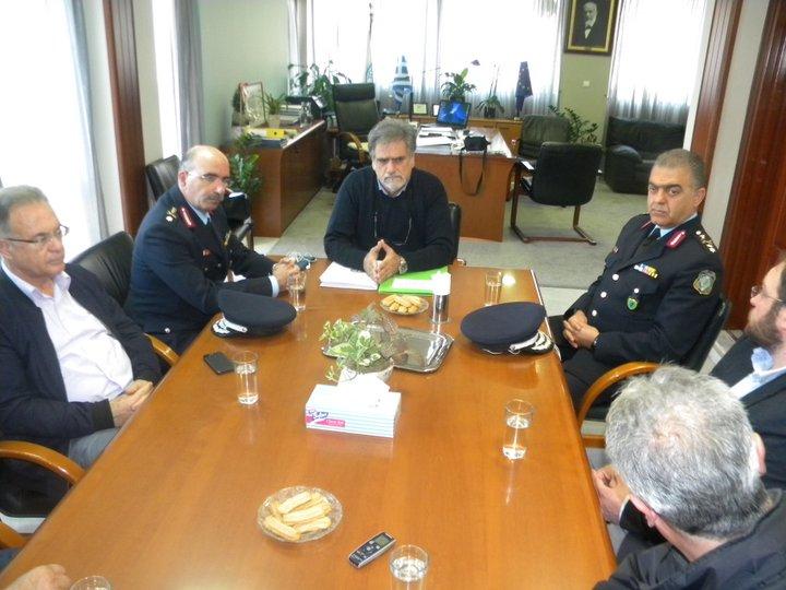 ο νέος αστυνομικός διευθυντής Κρήτης Ανδρέας Δασκαλάκης με τον αστυνομικό διευθυντή Λασιθίου Μανώλη Πετάση στον δήμο Αγίου Νικολάου