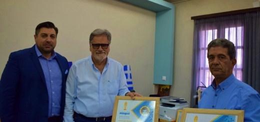 το βραβείο από το Cruise Insight στον δήμαρχο Αγίου Νικολάου