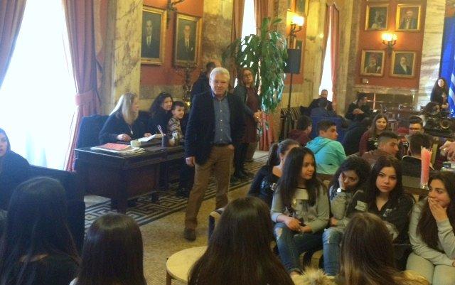 ο βουλευτής Λασιθίου Μανώλης Θραψανιώτης, ξεναγεί του Γενικού Λυκείου Νεάπολης στη Βουλή