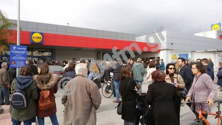 διαδηλωτές αναγκάζουν πολυκατάστημα να κλείσει στην Ιεράπετρα