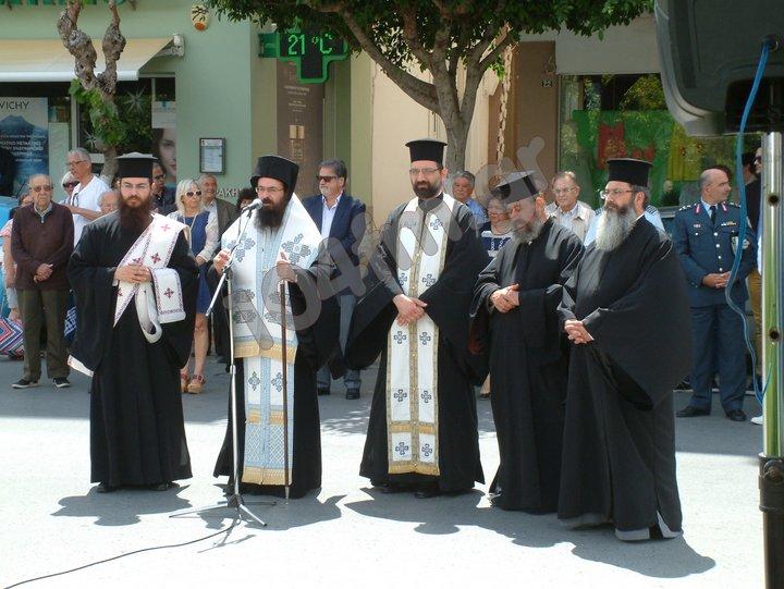 Ο μητροπολίτης Πέτρας και Χερρονήσου Γεράσιμος με ιερείς στην επιμνημόσυνη δέηση