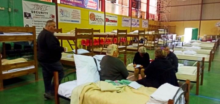 Άρχισε η μετεγκατάσταση οικογενειών από τις σκηνές στο κλειστό γυμναστήριο Αρκαλοχωρίου και στο πολύκεντρο Ινίου