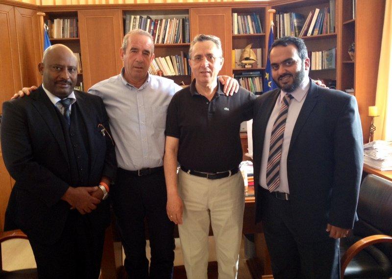ο Μεσαρί Αλ Μεζιέντ με τον δήμαρχο Ιεράπετρας Σήφη Αναστασάκη
