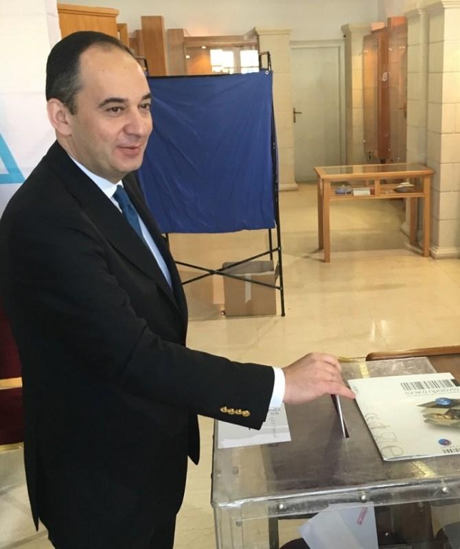 ο Γιάννης Πλακιωτάκης ψήφισε για τον πρόεδρο της Ν.Δ. στον Άγιο Νικόλαο