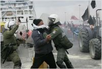 από τις συγκρούσεις των Κρητών αγροτών με την αστυνομία τον Φλεβάρη του 2009 στο λιμάνι του Πειραιά