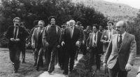 από τη σφαίρα της ιστορίας, η συνάντηση Καντάφι - Μιτεράν στην Ελούντα, με τη μεσολάβηση του Ανδρέα Παπανδρέου, το 1984, ενα από τα ντοκουμέντα του βιβλίου
