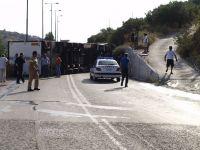 ο δρόμος κλειστός, και δεξιά του περιπολικού το σημείο όπου ανέβηκε ο δεξιός τροχός με αποτέλεσμα την ανατροπή