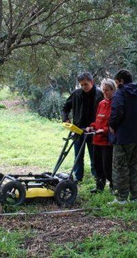 ο δήμαρχος Χερσονήσου περιεργάζεται το γεωραντάρ που χειρίζονται οι αρχαιολόγοι