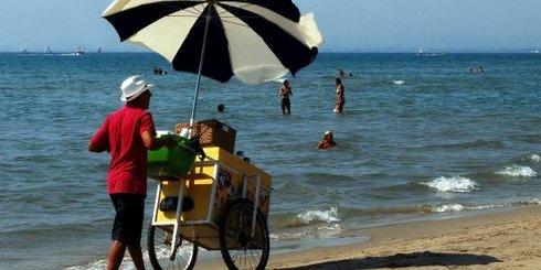 παγωτατζής σε παραλία