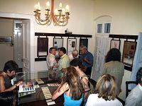 Επισκέπτες περιεργάζονται τα εκθέματα