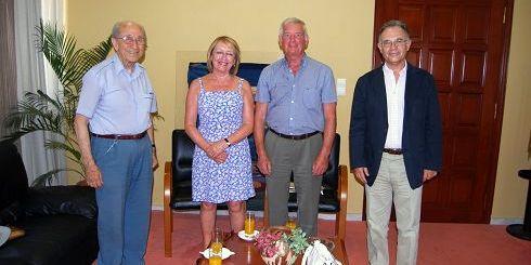 από αριστερά, ο πρώην δήμαρχος Γ. Χατζηδάκης, το ζευγάρι των Βρετανών και ο δήμαρχος Δ. Κουνενάκης