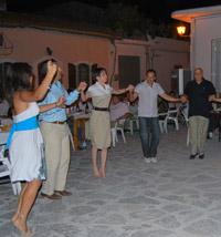Χοροί στη πλατεία των Λιμνών