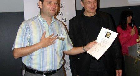 Ο Γιάννης Μαρκάκης (αριστερά), παραλαμβάνει τον έπαινο