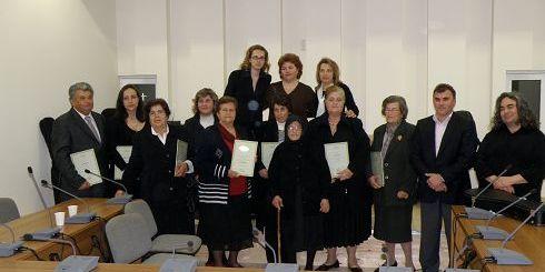 ο δήμαρχος μαζί με τις γυναίκες που τιμήθηκαν