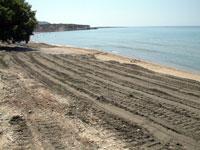 Η στρωμένη άμμος στον Κοντό Γιαλό