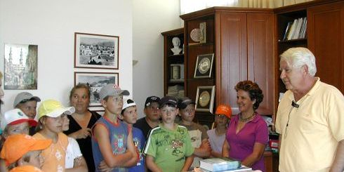 οι μαθητές με τον Δήμαρχο Μανώλη Μαστοράκη