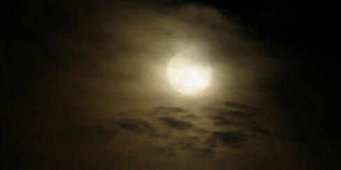 φεγγάρι σύννεφα