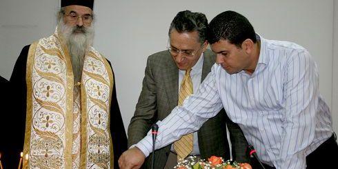 Ο νομάρχης και ο Μητροπολίτης Νεκτάριος στην κοπή της πίτας.