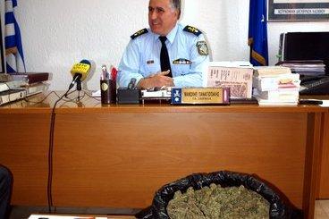 ο αστυνομικός διευθυντής Λασιθίου Μανώλης Παναγιωτάκης και μπροστά του ναρκωτικά και άλλα