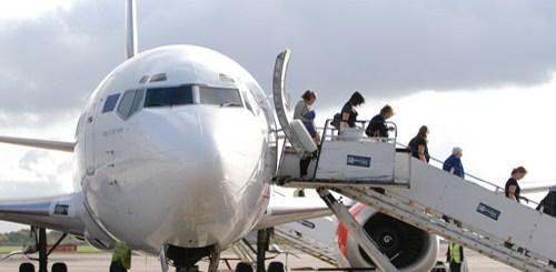 αεροσκάφος αποβιβάζει επιβάτες