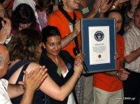 η εκπρόσωπος των ρεκόρ Guinness,  δείχνει το βραβείο πριν το απονείμει