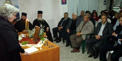 η κ. Μαρία Λυκουρίνου (αριστερά), ενημερώνει τους προσκεκλημένους για τους σκοπούς του συλλόγου