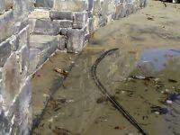 παραλία Αμμουδάρας, έξω από τον Άγιο Νικόλαο, το νερό έφτασε μέχρι τον τοίχο και τη σκάλα πρόσβασης