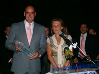 Ο Υπουργός με το αναμνηστικό γλυπτό που του προσέφερε η κ. Μαμιδάκη