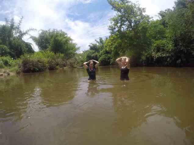 lavage de cheveux dans la rivière (avec du savon organique on vous rassure!)