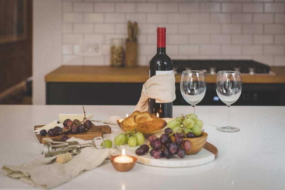 şarap ve yemek masası