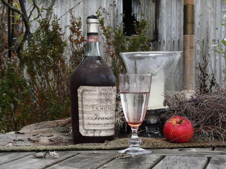 eski şarap şişesi ve kadeh