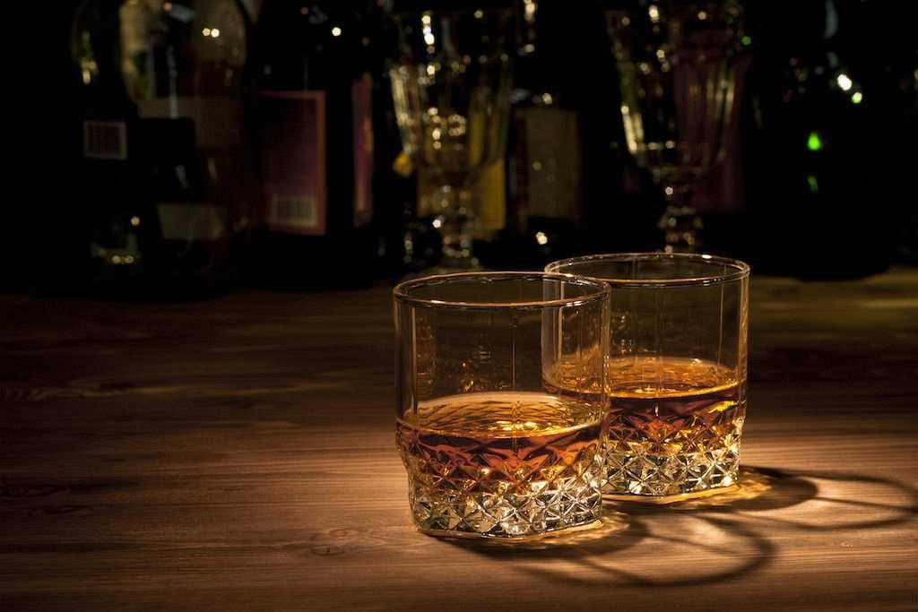 ahşap masada iki viski kadehi