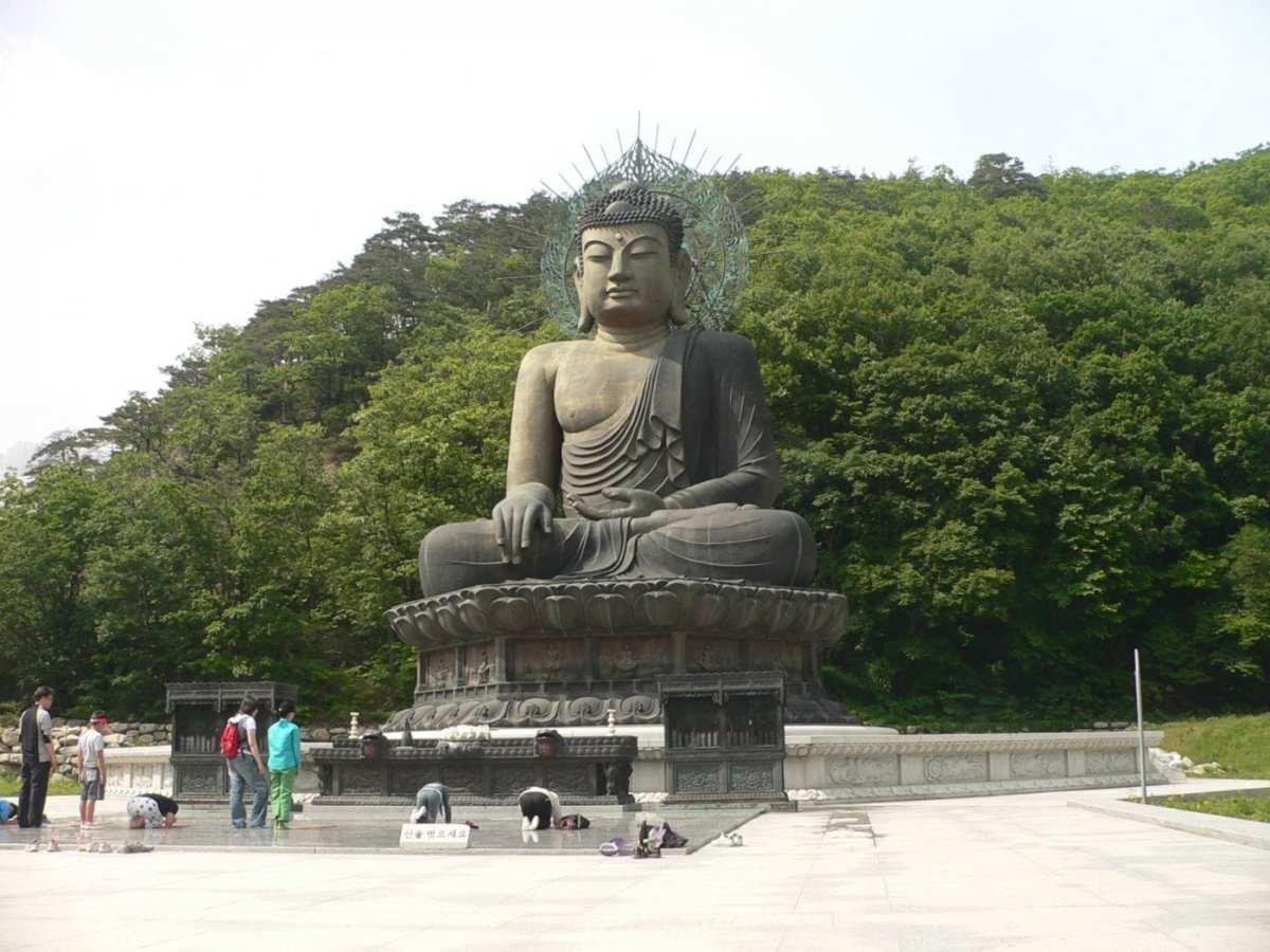 Korea-Seoraksan-Buddha-Statue-02
