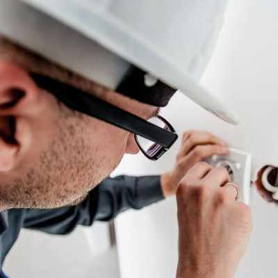7 Work habits of an electrician to ensure success