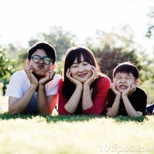 Asyalı aile fotoğraf için poz