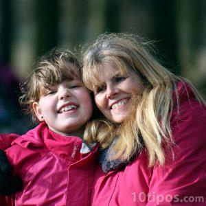 Anne ve kızı bir fotoğraf için poz