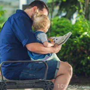 Baba kucağına oturan oğluna okuma