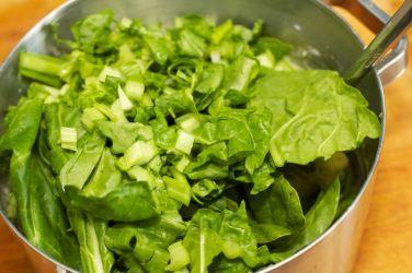 Snijbieten-stamppot met groente-jus en worstje 36