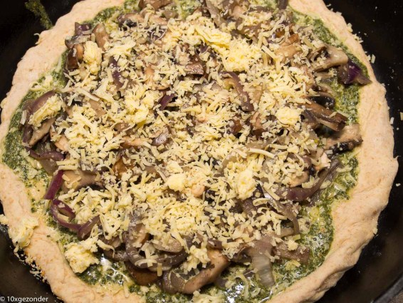 Pizza pesto met champignons en rode ui-25