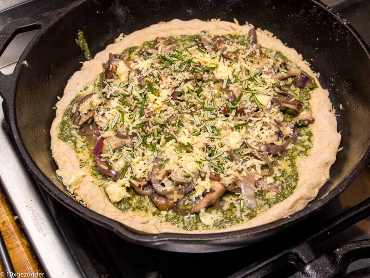 Pizza pesto met champignons en rode ui-26