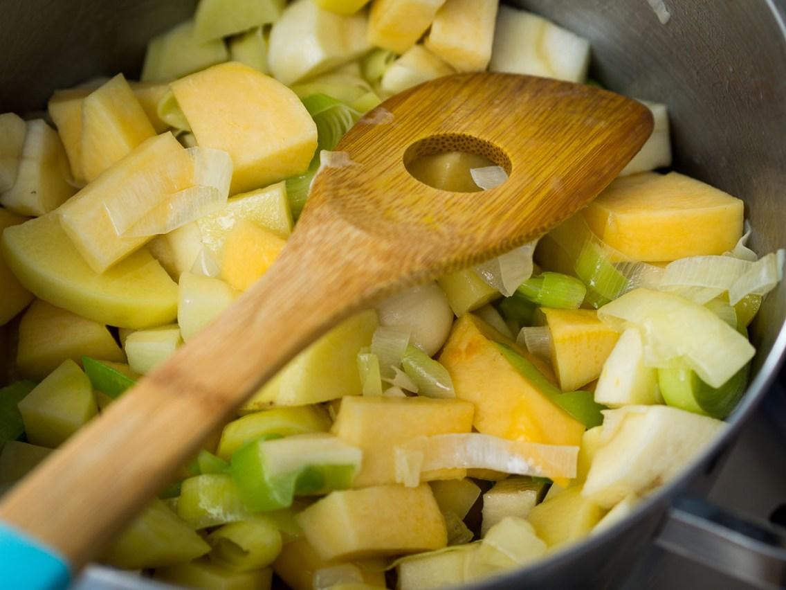 Wintersoep met koolraap, pastinaak, prei en aardappel-21