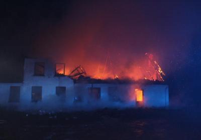 Stuehus ødelagt i voldsom gårdbrand