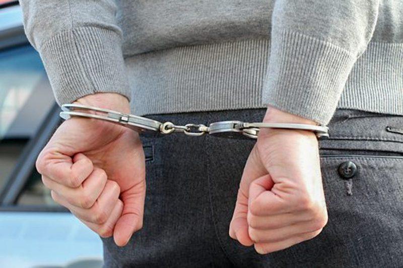 håndjern, politi, kriminalitet, anholdt, arresteret, buschaufføren lagt i håndjern, to kvinder i slagsmål